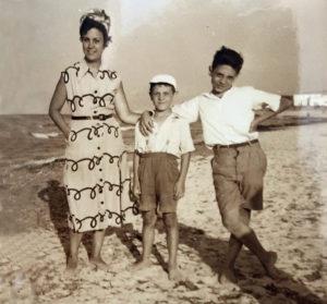 La meva mare, el meu germà Josep Maria i jo, en el mitg